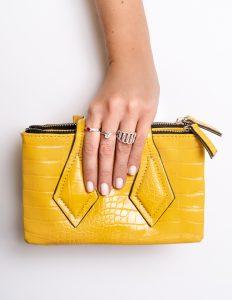 bolsa amarela com acessórios em ródio branco